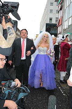"""Die Hochzeitskutsche besteigt """"Spatzi"""" in einem weiß-violetten Kleid. (Bild: Starpix/Alexander Tuma)"""