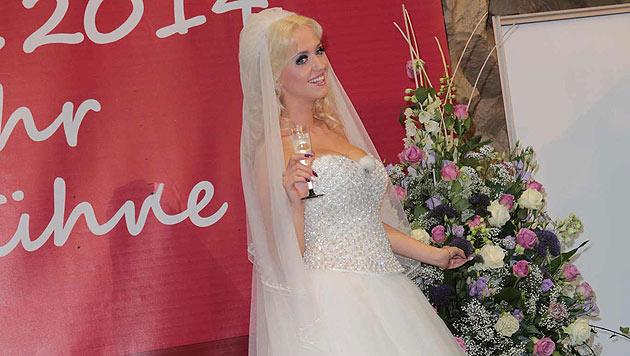 """""""Spatzi"""" trinkt mit den Kunden ihres künftigen Ehemanns auf ihre Hochzeit. (Bild: Starpix/Alexander Tuma)"""