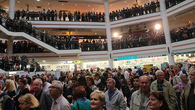 Zahlreiche Kunden der Lugner City warten auf die Braut. (Bild: Starpix/Alexander Tuma)