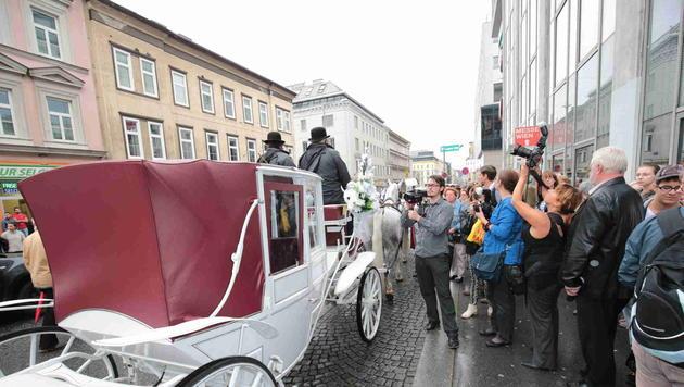 In einer weißen, sechsspännigen Hochzeitskutsche fährt die Braut nach Schönbrunn. (Bild: Starpix/Alexander Tuma)