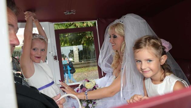 Die Braut, ihr Vater, ihre Tochter Leonie sowie ein Blumenmädchen in der Kutsche im Schlosspark. (Bild: Starpix/ Alexander TUMA)