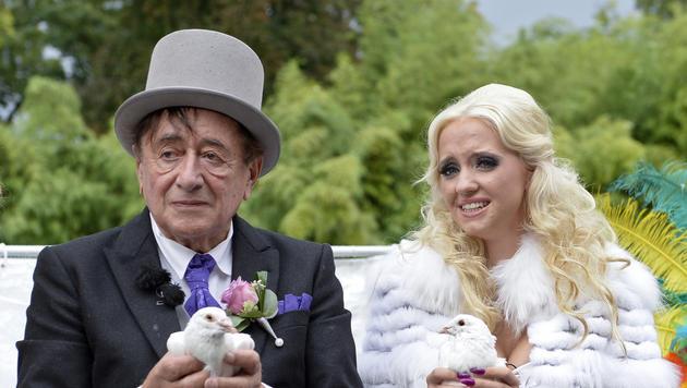 Weiße Tauben sollen für Glück in der Lugner-Ehe sorgen. (Bild: APA/HERBERT NEUBAUER)