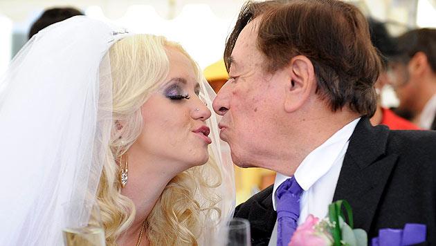 Richard Lugner und seine Frau Cathy küssen sich für die Fotografen. (Bild: APA/Herbert Neubauer)