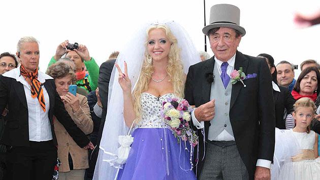 """Cathy """"Spatzi"""" Lugner macht nach ihrer Vermählung mit Richard das Siegeszeichen. (Bild: Starpix/Alexander Tuma)"""