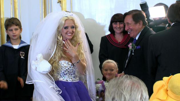Cathy zeigt stolz ihren Ehering und ihre interessante Maniküre. (Bild: krone.tv)