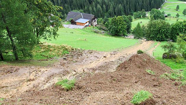 Im Kärntner Saureggen blockierte eine 20 Meter breite und 200 Meter lange Mure eine Gemeindestraße. (Bild: APA/LANDESPOLIZEIDIREKTION KÄRNTEN)