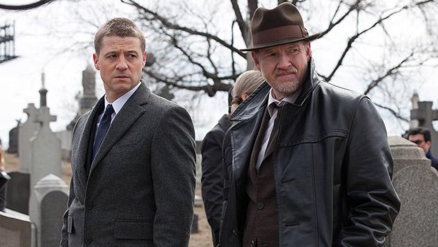 """McKenzie als James Gordon mit seinem Partner Harvey Bullock (Donal Logue) in """"Gotham"""" auf Streife (Bild: AP)"""