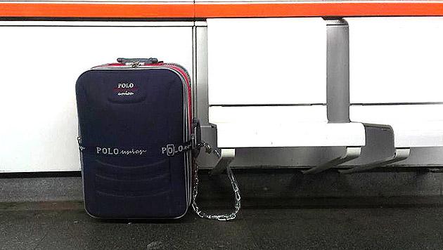 Der Koffer war mit einer Panzerkette an einem Stuhl befestigt. (Bild: APA/POLIZEI)