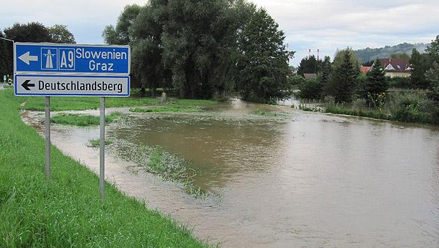 Auch Teiche traten durch den Regen über die Ufer. (Bild: APA/BEREICHSFEUERWEHRVERBAND LEIBNITZ)