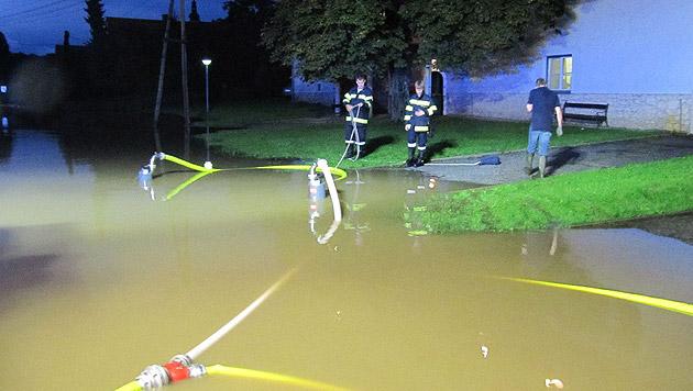 Auf den Straßen stand das Wasser teilweise zentimeterhoch. (Bild: APA/BEREICHSFEUERWEHRVERBAND LEIBNITZ)