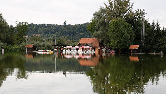 Ein Badesee in der Südsteiermark, der ebenfalls über die Ufer trat (Bild: APA/ERWIN SCHERIAU)