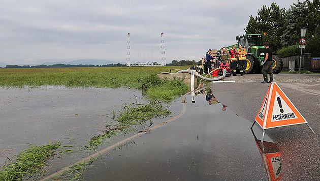 Gewässer traten über die Ufer. (Bild: APA/PRESSESTELLE BFK BADEN)