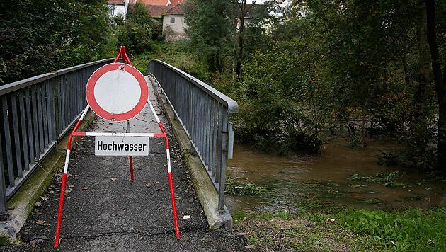 Eine gesperrte Fußgängerbrücke über die Kainach (Bild: APA/ERWIN SCHERIAU)