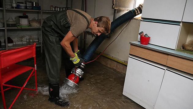 Wohnhäuser standen unter Wasser und mussten ausgepumpt werden. (Bild: APA/PRESSESTELLE BFK BADEN)