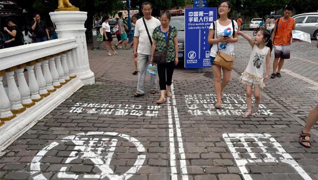 China: Stadt führt Handystreifen am Gehsteig ein (Bild: AP)