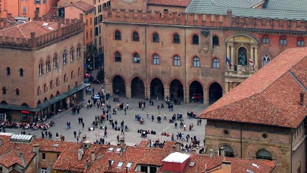 Der Unfall ereignete sich unter den Laubengängen - sogenannten Portici - am Piazza Maggiore. (Bild: Gaspa)