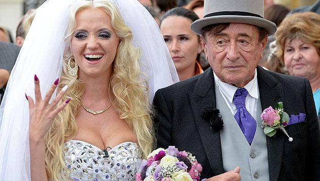 """Im Hafen der Ehe: """"Spatzi"""" und Richard Lugner machen internationale Schlagzeilen (Bild: APA/HERBERT NEUBAUER)"""