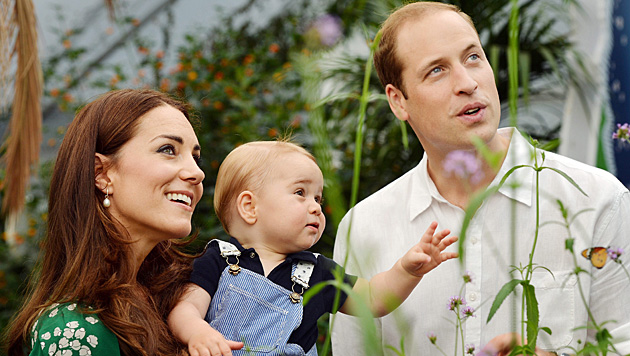 Kate, William und Baby George (Bild: APA/EPA/John Stillwell)