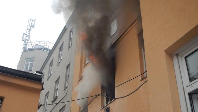 Flammen schlugen aus dem Fenster der brennenden Wohnung. (Bild: MA 68 Lichtbildstelle)