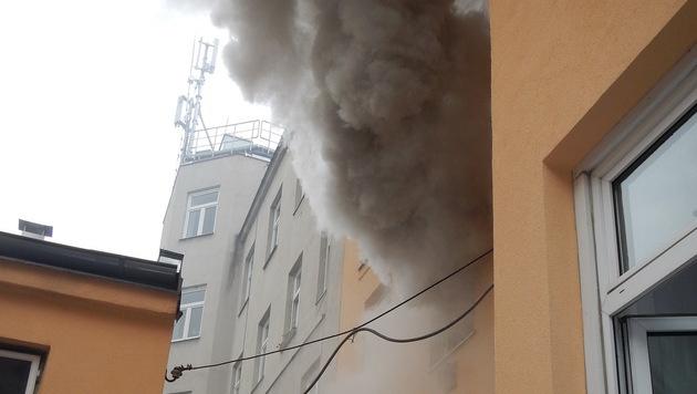 Eine dichte Rauchsäule drang aus dem Fenster im ersten Stock. (Bild: MA 68 Lichtbildstelle)