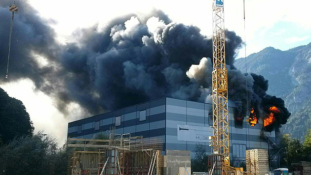 Etwa 180 Feuerwehrleute kämpften in der Verzinkerei gegen die Flammen. (Bild: APA/ZEITUNGSFOTO.AT)