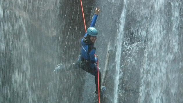 Julia Dujmovits waghalsig im Wasserfall (Bild: Chris Lemke)