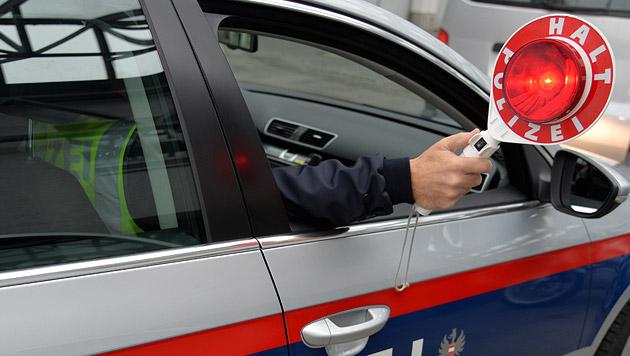 BMW-Fahrer rast mit 210 km/h Polizei davon (Bild: APA/BARBARA GINDL (Symbolbild))