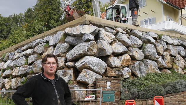 Heinz Möstl muss wegen der Hangrutschung einen Teil seiner Steinmauer abtragen. (Bild: Sepp Pail)