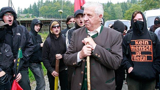 Der damalige BZÖ-Politiker Siegfried Kampl umringt von Demonstranten am Ulrichsberg im Jahr 2009 (Bild: APA/GERT EGGENBERGER)