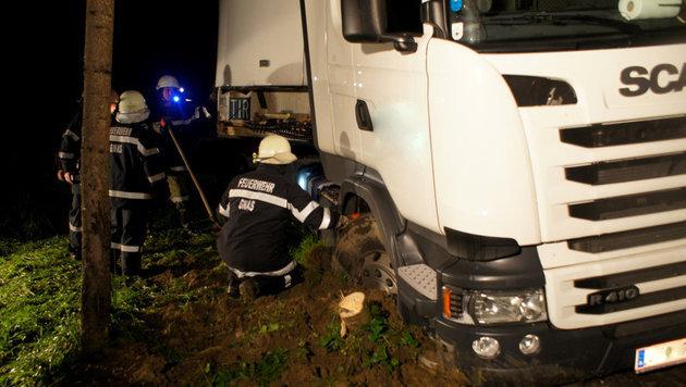 Insgesamt 19 Feuerwehrleute zogen den 40 Tonnen schweren Lkw aus dem Schlamm. (Bild: Feuerwehr/Karner)
