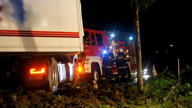 Der Lkw-Fahrer hatte trotz zahlreicher Hinsweisschilder seinem Navi vertraut. (Bild: Feuerwehr/Karner)