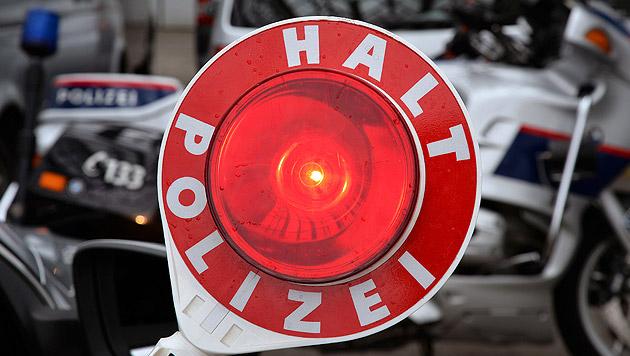 Schlepper flüchtet mit 200 km/h vor Polizei (Bild: APA/BARBARA GINDL (Symbolbild))