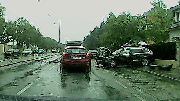 Der Škoda, mit dem  Strauss & der Fahrer unterwegs waren – ein Trümmerhaufen. (Bild: bimbamwien)