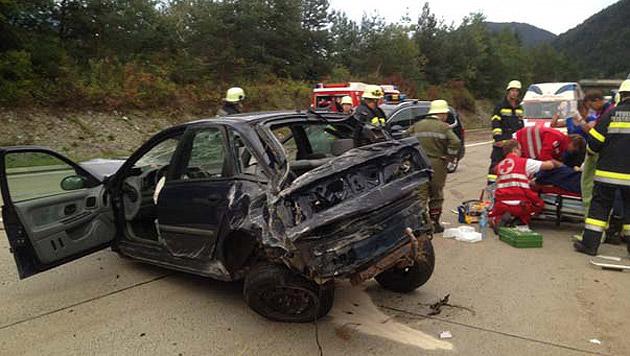 Der Wagen wurde bei dem Unfall völlig zerstört. (Bild: FF Feistritz)