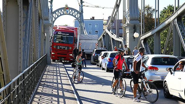 Eine halbe Stunde lang ging auf der Salzachbrücke gar nichts mehr. (Bild: FMT-Pictures)