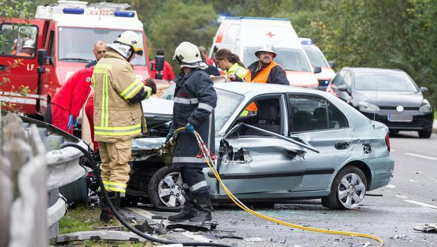 Der Wagen des Paares prallte gegen die Leitschiene und dann gegen ein entgegenkommendes Auto. (Bild: APA/EXPA/ JOHANN GRODER)