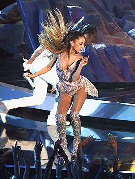Ariana Grande auf der Bühne (Bild: AFP)
