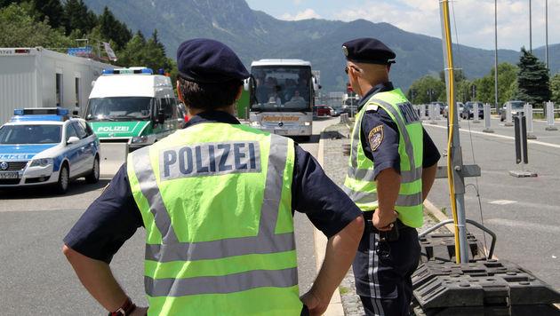Beamte bei der Grenzkontrolle (Bild: APA/AKTIVNEWS)