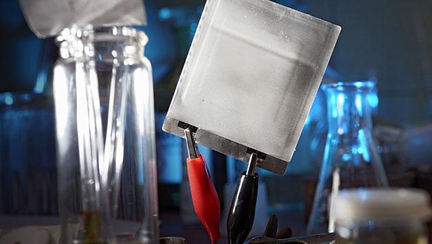 Der Prototyp einer ultradünnen und flexiblen Folien-Batterie (Bild: Jan-Peter Kasper/FSU)