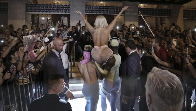 Lady Gaga wird von zwei Muskelprotzen in ihr Hotel in Athen getragen. (Bild: EPA/Petros Giannakouris)