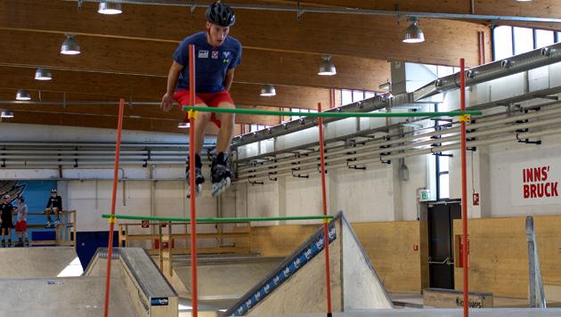 ÖSV-Adler üben auf Inline-Skates perfekte Hocke (Bild: ÖSV/Arthur Pauli)