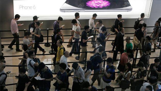 Besonders lange Schlangen bildeten sich vor den Apple Stores in Asien - hier in Hong Kong. (Bild: AP)