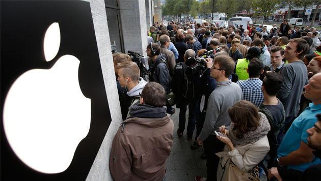 Vor einem Berliner Apple Store hat sich zum iPhone-6-Start eine stattliche Menschentraube gebildet. (Bild: AP)