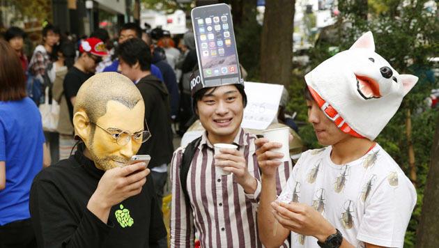 In Japan wurde das Warten vor den Apple Stores teils sogar kostümiert zelebriert. (Bild: AP)