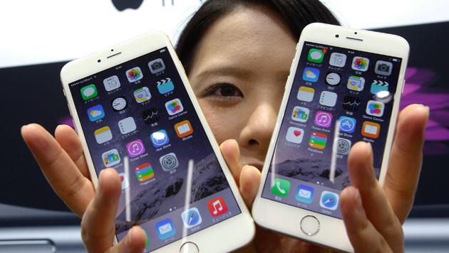 Beide neuen iPhone-Modelle - iPhone 6 und 6 Plus - sind ein Renner bei den Apple-Anhängern. (Bild: AP)
