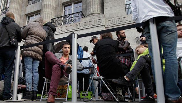 Warten in Berlin: So sah es am Freitagmorgen vor einem Apple Store aus. (Bild: AP)