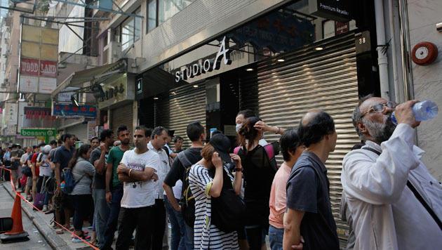 Hong Kong: Hunderte Fans warteten auf das ersehnte Öffnen der Apple Stores. (Bild: AP)