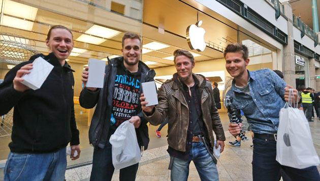Im deutschen Oberhausen haben sich ganze Freundesgruppen in den Apple Store aufgemacht. (Bild: AP)