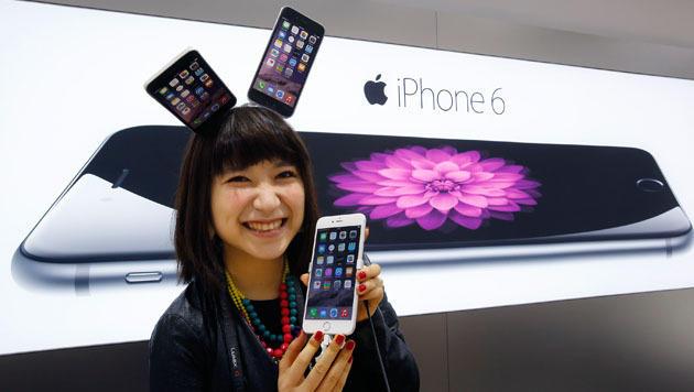 All jene, die eines der ersten neuen iPhones ergattern konnten, eint ihr freudiger Gesichtsausdruck. (Bild: AP)