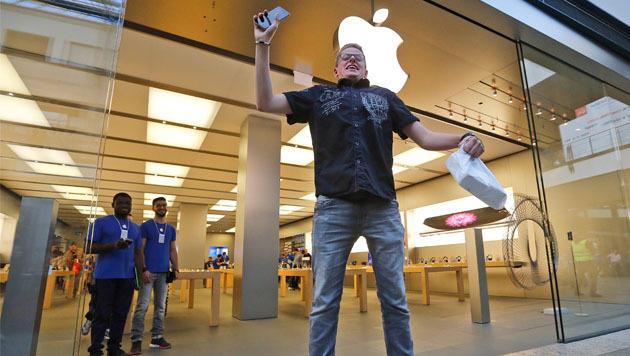 Freudensprünge in Deutschland: Dieser Oberhausener Apple-Fan hat sein neues iPhone. (Bild: AP)
